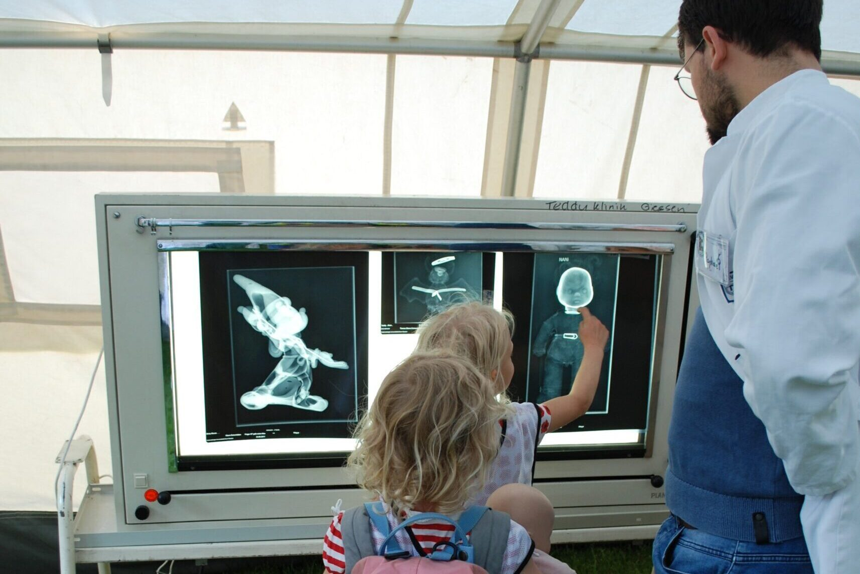 Nun geht es weiter zum Röntgen. Wer erkennt, wo der Knochen gebrochen ist?