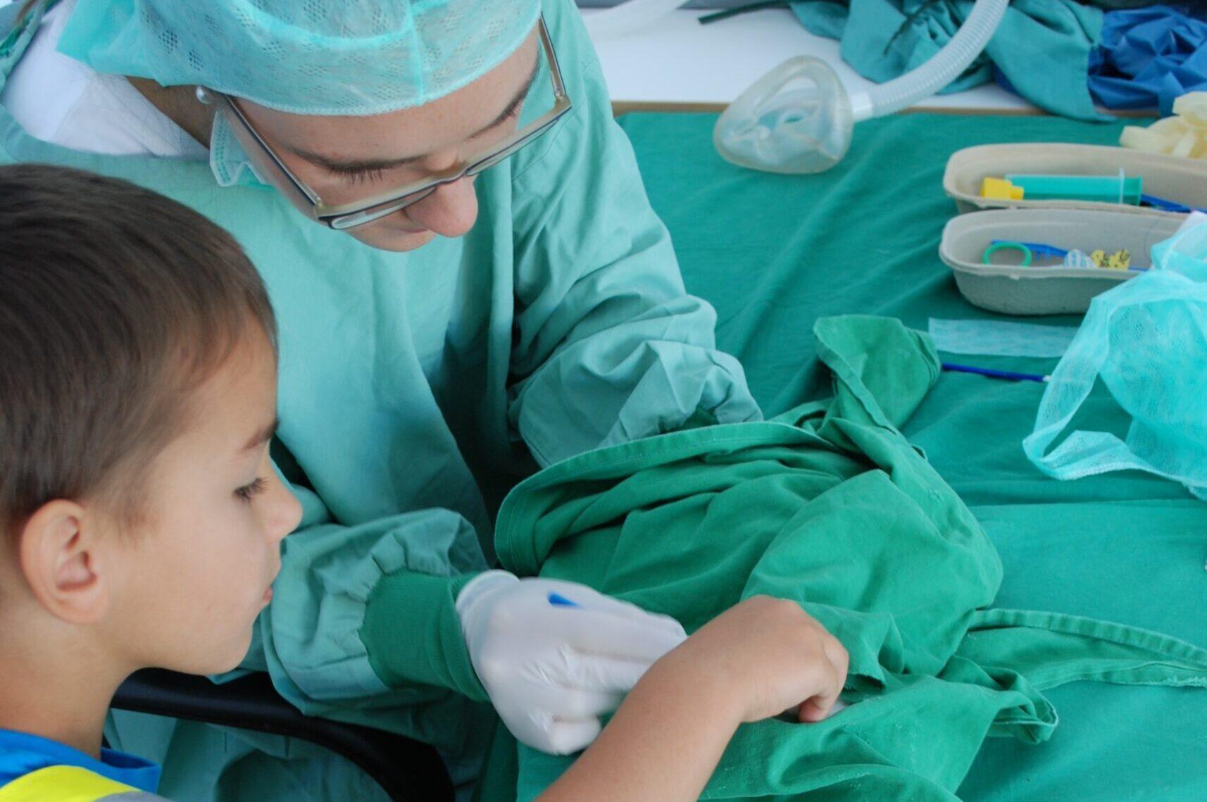 Für schwerere Verletzungen gibt es in der Teddyklinik sogar ein OP-Zelt. Dort operieren wir deinen Teddy mit deiner tatkräftigen Unterstützung.
