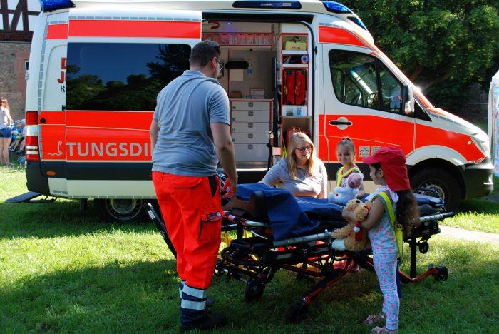 Als Letztes erhalten du und dein Kuscheltier auch einen Einblick in einen Rettungswagen. Was passiert dort eigentlich und wie sieht so ein Krankenwagen von innen aus?